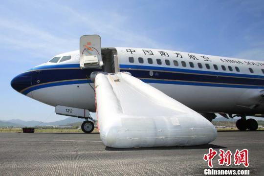 """7月3日南航CZ3081航班一架B737-800于12时56分广州飞往曼谷的航班遭逢火灾,经机组请求,14时10分平安备降三亚凤凰世界机场(如下简称""""凤凰机场""""),有游客受伤。 李鹏程 摄"""