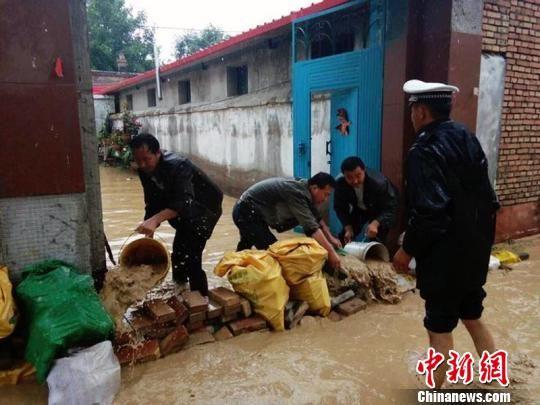 伊宁县公安局投入警力,帮助受灾群众转移财产8000余件、牲畜1200余头。 新疆伊宁县公安局提供 摄