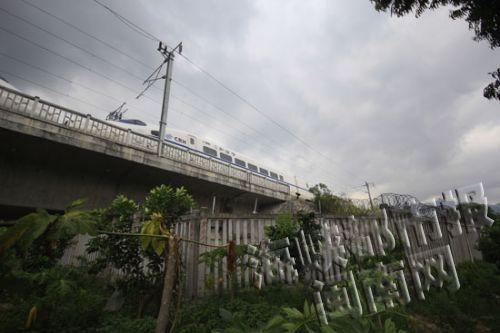 铁路比路面高出10米,设栅栏、警示语,不易攀爬进入
