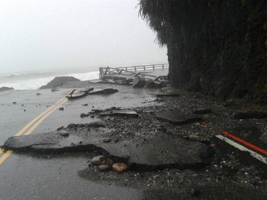 """台风侵袭,强劲风雨为花莲带来许多灾情,临海的台11线花东海岸公路62公里附近道路路基流失,景象惊人。 台湾""""中央社""""图"""