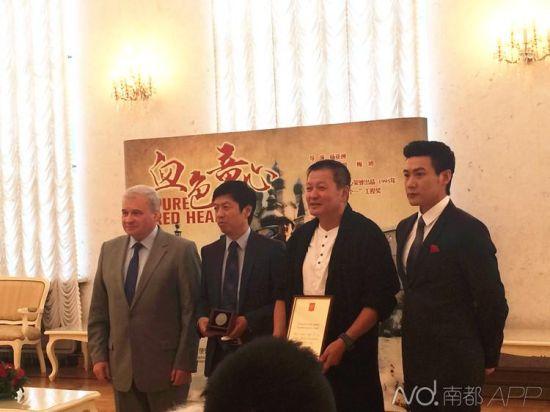 俄罗斯驻华大使杰尼索夫(左一)为《血色童心》主创颁发奖章。南都记者 蒋伊晋 摄