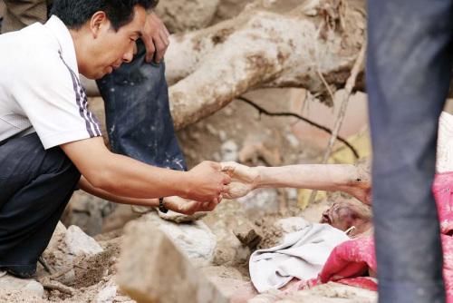舟曲灾害发生时父亲护女成泥塑母亲托幼子获救