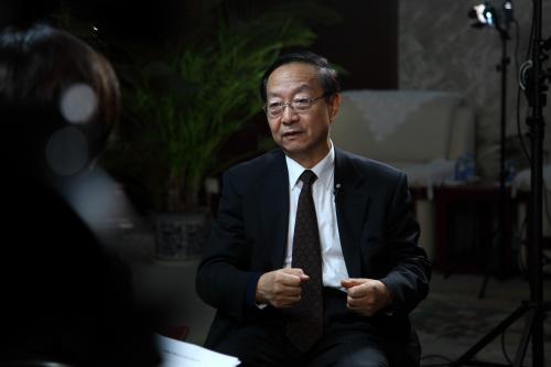 工信部部长李毅中接受采访。