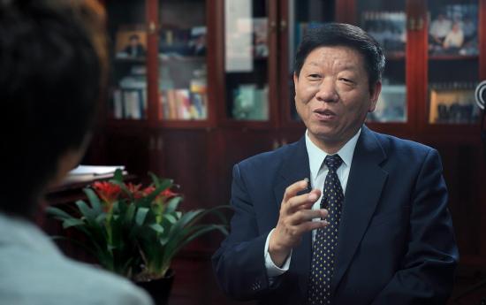 人力资源和社会保障部长尹蔚民接受采访。