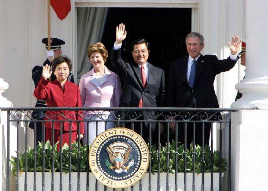 2006年胡锦涛主席和夫人刘永清在布什总统和夫人劳拉陪同下在白宫二楼向参加欢迎仪式的来宾招手致意.