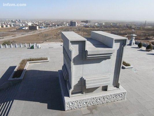 2011年4月9日,基本建成的华国锋陵墓。广场上的基座将安放华国锋塑像。 (南方周末记者 张哲/图)