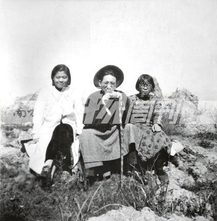 1937年,张治中召回正在英国留学的大女儿张素我,要她在抗战的非常时期服务于家乡教育。图为,张治中与长女张素我、侄女洪志雪的合影(受访者提供)