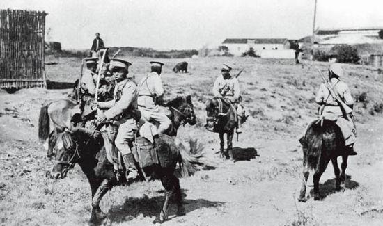 1911年辛亥革命期間,湖北武漢,進入漢口的清軍偵察騎兵