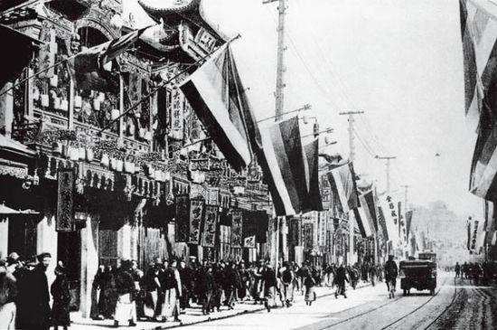 1911年10月10日武昌起義后,上海南京路上掛滿了當時的民國國旗