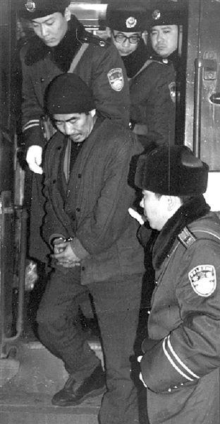 被引渡的嫌疑人抵达北京。本版图片均由通讯员 艾安军 供图
