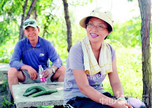 高旭(前)和她的老公马汝平是小毛驴的第一批劳动份额成员。他们现在有两块地,一周要来这里两次。 摄影/ 本刊记者 甄宏戈