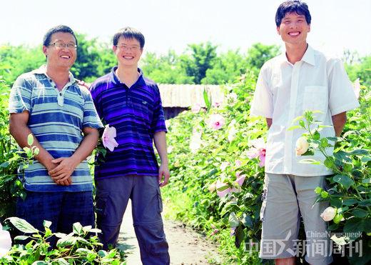 小毛驴市民农园总经理严晓辉(中)以及他的同伴袁清华(左), 黄志友。 摄影/ 本刊记者 甄宏戈