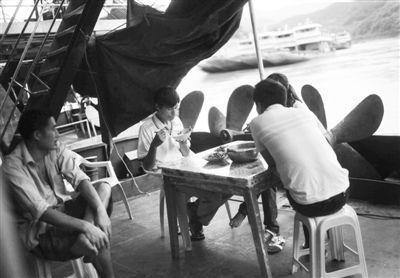 10月14日,关累码头,船员们在船上吃午饭。