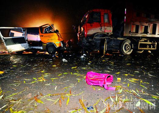 11月17日凌晨,甘肃正宁榆林子镇,被撞得面貌一新的校车与运煤车停在街头,等待查询拜访。 摄影/ 本刊记者 杨艳敏