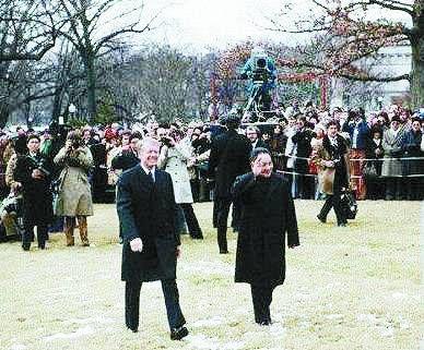 1979年1月,邓小平访美,白宫草坪上的欢迎人群中就有中国首批52名留美人员。