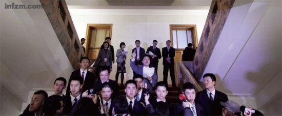 2012年3月9日,北京,重庆代表团开放日限制媒体人数,安保阻止未在允许进入会场名单的记者进入。整个发布会持续了近两小时,所有记者提问市领导都作出了回答。 (Feng Li❘Getty Images/CFP/图)