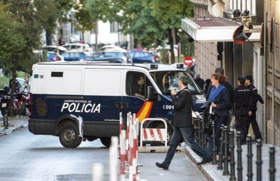 """10月18日,西班牙马德里,警车运送""""皇帝行动""""中抓捕的部分涉案人员抵达法院受审"""