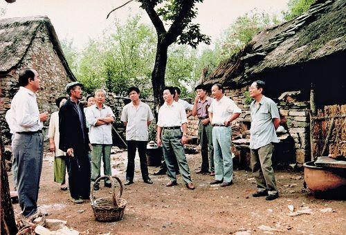 1993年,厉以宁(右一)在山东沂源县农村考察。