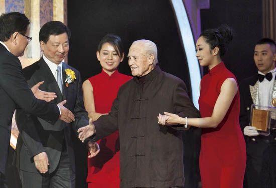 """2011年4月2日,沙博理参加在北京举行的""""世界因你而美丽——2010~2011影响世界华人盛典"""",并获颁""""影响世界华人终身成就奖"""""""