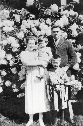 1925年,沙博理与父亲、母亲和妹妹在纽约合影