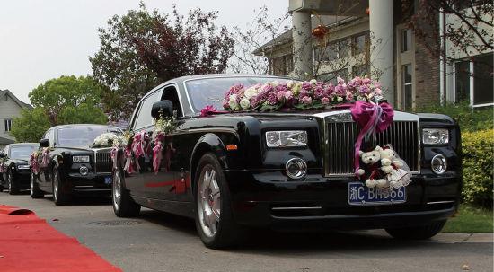 浙江温州市一对新人举行婚礼,迎亲的婚车动用了26辆劳斯莱斯等豪车。