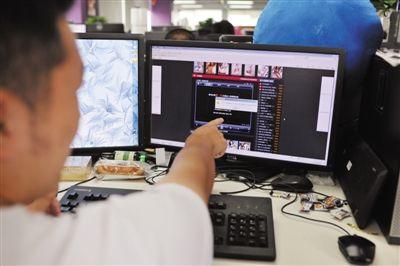 """8月6日,网络安全技术人员向记者指出流氓软件的入侵过程。点击一色情网站安装播放器的提示后,""""流氓软件""""会在后台运行,自动给电脑装上若干个软件,侵占电脑存储空间。"""
