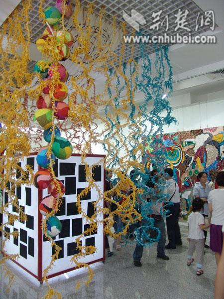 """儿童节里玩涂鸦 2009少儿美术展共享""""谦逊与自然"""""""