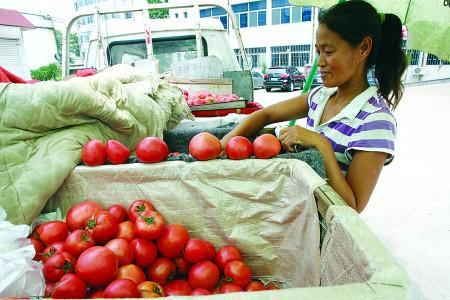 城管引导流动摊贩进社区 居民买菜更方便,摊贩