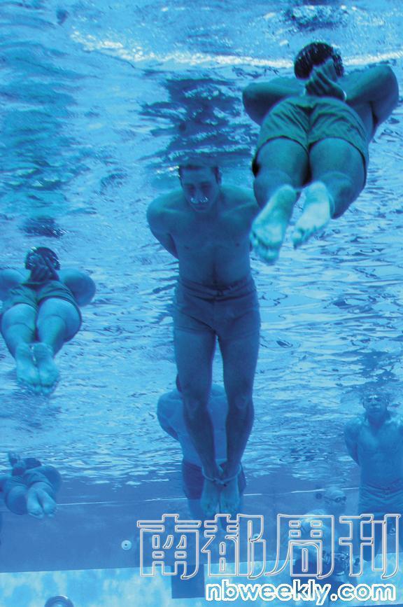 海豹学员必须双手双足捆绑,接受严酷的防溺水训练。