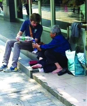 陆杰森正给乞讨老人倒水 图片来自微博