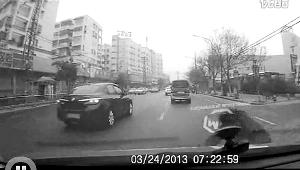 行驶中路人突然迎头往车肚钻行车记录仪拍下全过程(图)