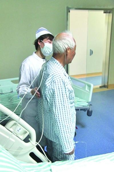 老人已能下床活动.图片来自省卫生厅网站