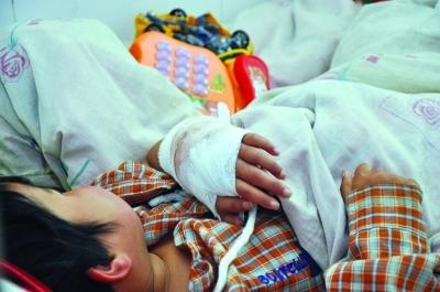 8岁女孩被两根橡皮筋勒进肉险截肢(组图)手腕卫生院橡皮筋