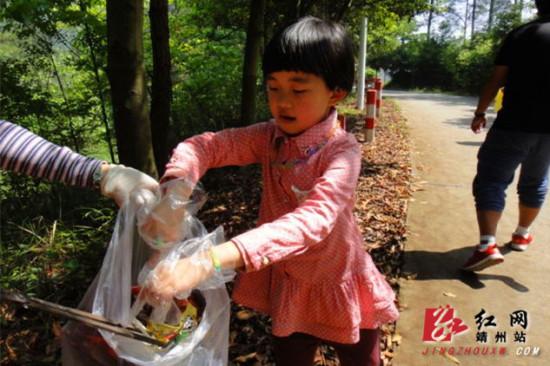 靖州:志愿者登山捡垃圾促环保