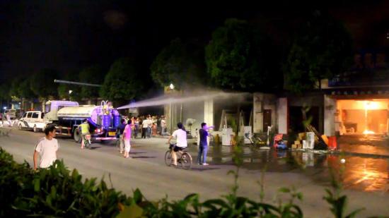 佛山五商铺深夜忽然起火过路洒水车充消防车