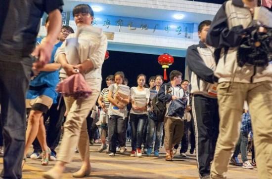 晚上快11点时,结束了一天的学习的学生走出毛坦厂中学。