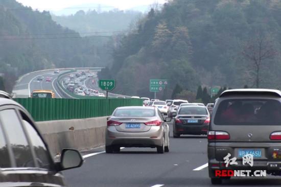 元宵后京港澳高速迎返程高峰 郴州高速交警全力疏导