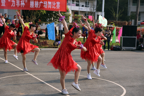大众艺术团广场舞《小苹果》俏皮可爱   红网珠晖站4月1日讯
