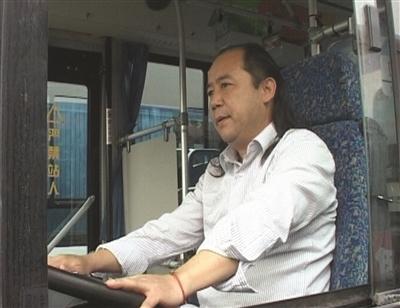 乘客突晕厥公交司机掐人中救醒
