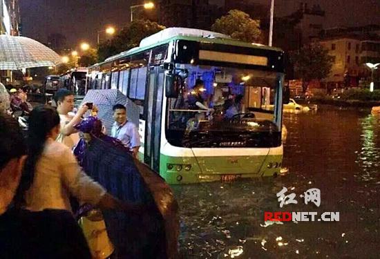 """湖南暴雨致1人死亡 公交抛锚乘客看""""海"""" 资讯 第2张"""