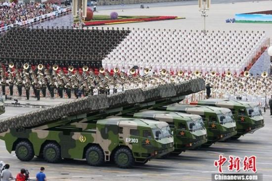 长剑10A巡航导弹方队接受检阅
