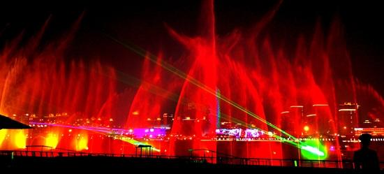 庆典广场音乐喷泉上演《四季》