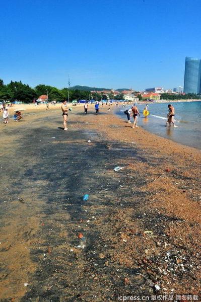 原本金黄色的沙滩变成了黑色。