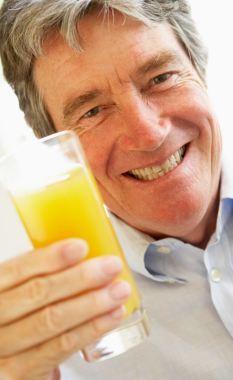 法国研究表明每天喝两杯橙汁降压护心。