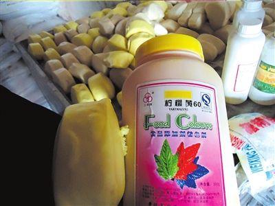 """这些""""玉米馒头"""",其实是用添加剂染成的。《钱江晚报》 供图"""
