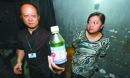"""昨日,南岸弹子石""""千美香辣馆"""", 执法人员在该店调味瓶堆中发现的""""敌敌畏""""。"""