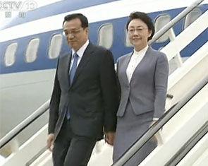 李克强抵达伦敦携夫人程虹走下飞机