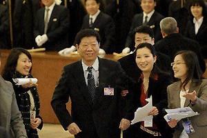 女记者两会期间手挽多位部长引网友热议