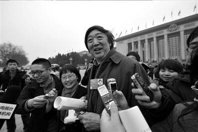 冯骥才接受记者采访。记者张斌摄