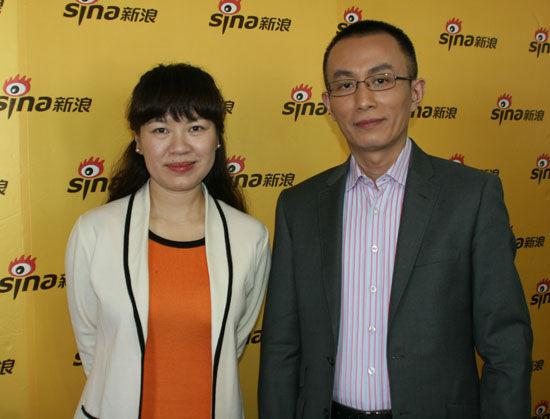 央视新闻中心策划部评论员组制片人唐怡(左)与杨禹做客新浪